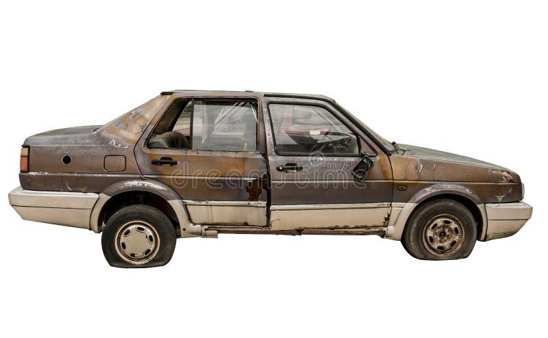Isolerad övergiven rostig bil royaltyfri fotografi