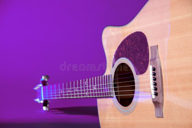 isolerad acustic blå gitarr arkivbilder