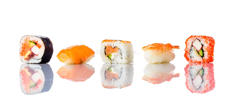 isolerad bakgrund rullar sushiwhite royaltyfri foto