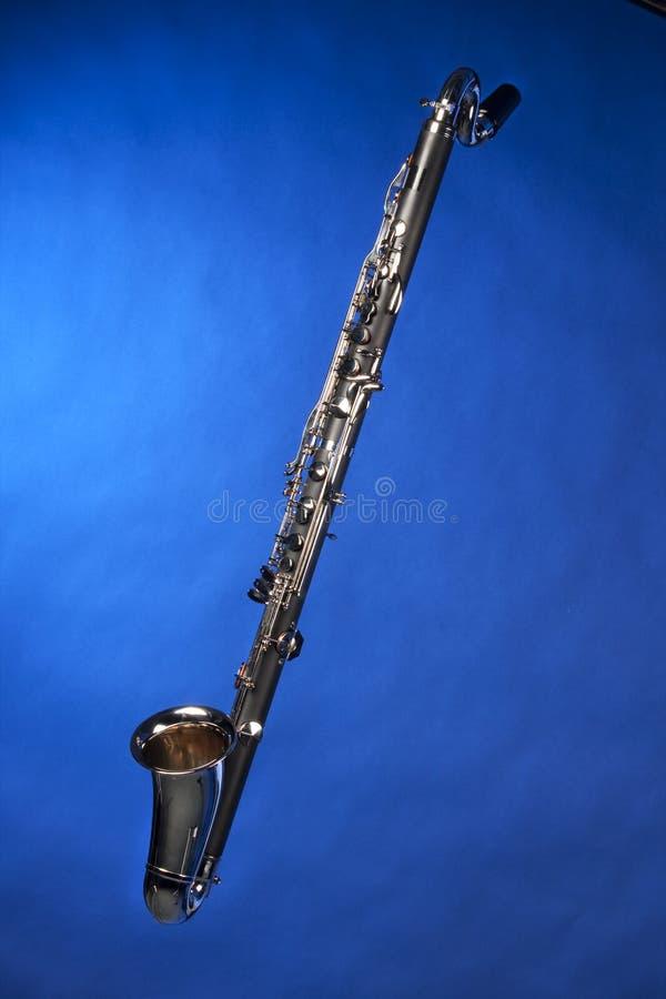 isolerad bas- blå klarinett royaltyfri fotografi