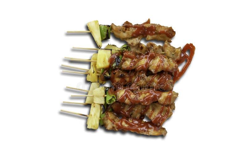 Isolerad BBQ grillade höna med grönsaker och tomatsåser på en vit bakgrund med urklippbanan arkivfoto