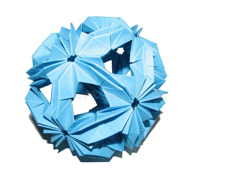 Isolerad blå pappers- origamikusudamaform av sfären med skugga på vit bakgrund fotografering för bildbyråer