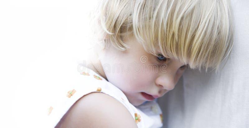 isolerad blå synad flicka royaltyfri fotografi