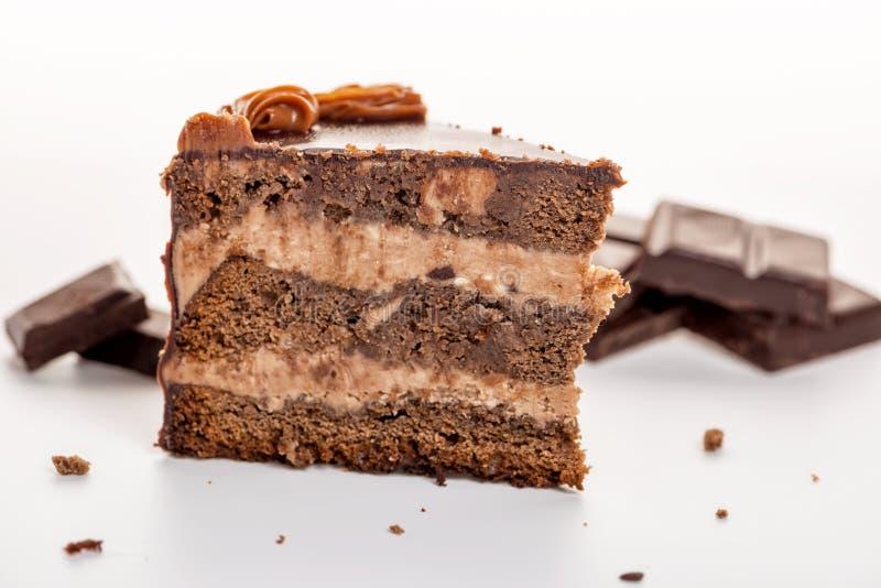 isolerad chokladkaka med brutet för choklad royaltyfria bilder