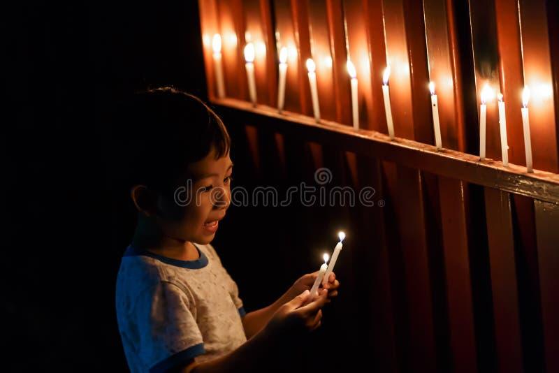 Isolerad detalj för pojkestearinljuscloseup fotografering för bildbyråer