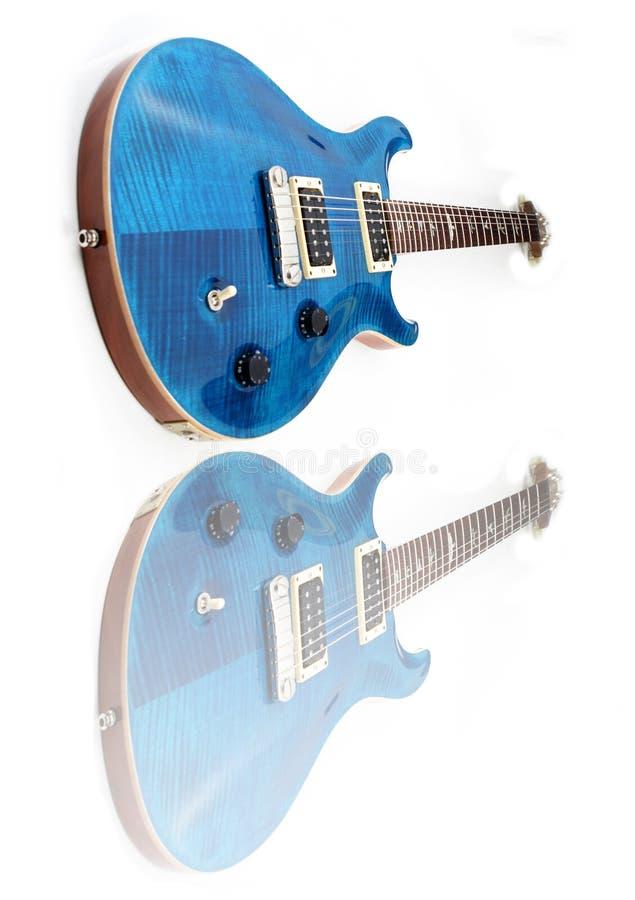 isolerad elektrisk gitarr arkivbild