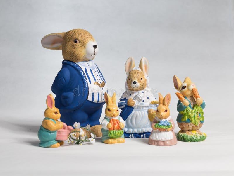 Isolerad familj för påskkaniner, vit bakgrund royaltyfri fotografi