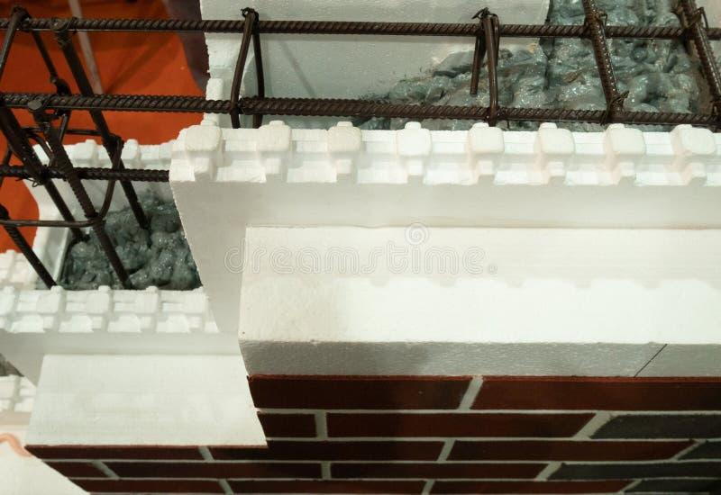 Isolerad fasad av modern byggnad som göras av moderna material som polystyren och armerad betong royaltyfria bilder