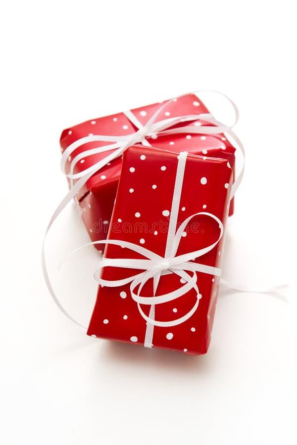 Isolerad giftbox som slås in i prickigt rött papper royaltyfri fotografi