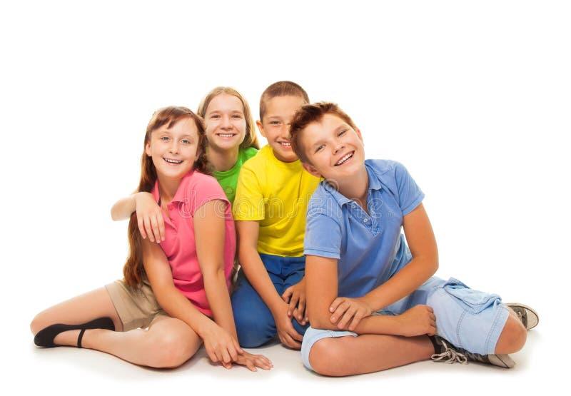 Isolerad grupp av ungar som sitter arkivfoto