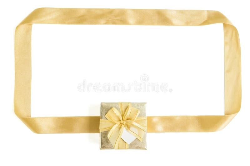 Isolerad guld- gåvaask med bandramen royaltyfria bilder