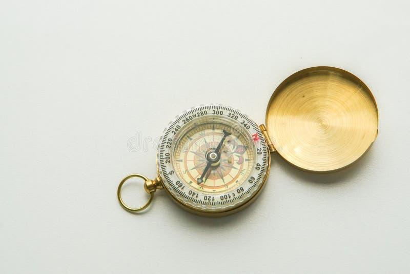 Isolerad guld- kompass för riktning arkivfoton