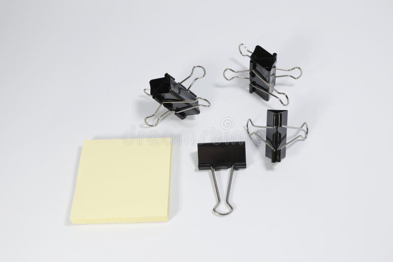 Isolerad häftapparat och minneslistablock på vit bakgrund royaltyfri foto