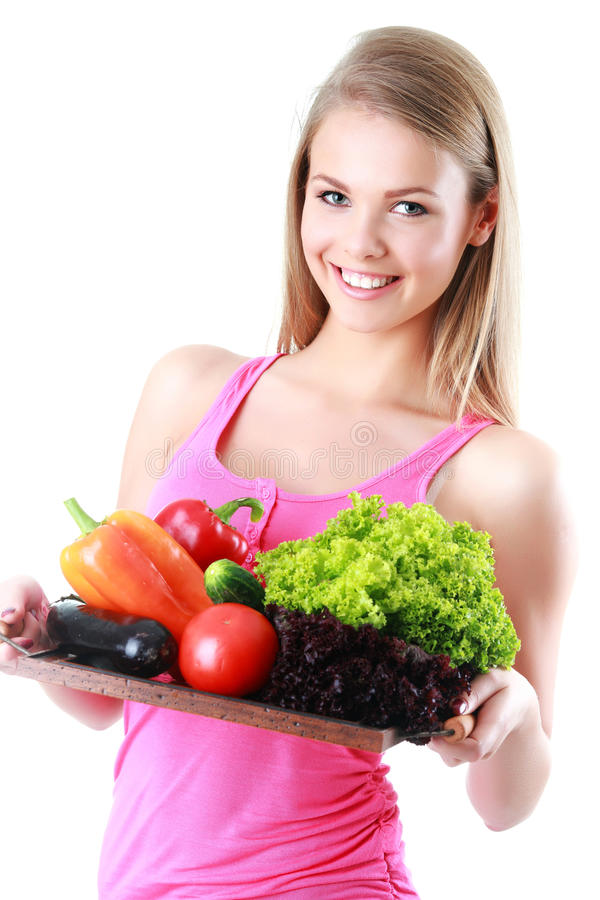 Isolerad hållande korg för kvinna av grönsaker på ljus backg arkivbild