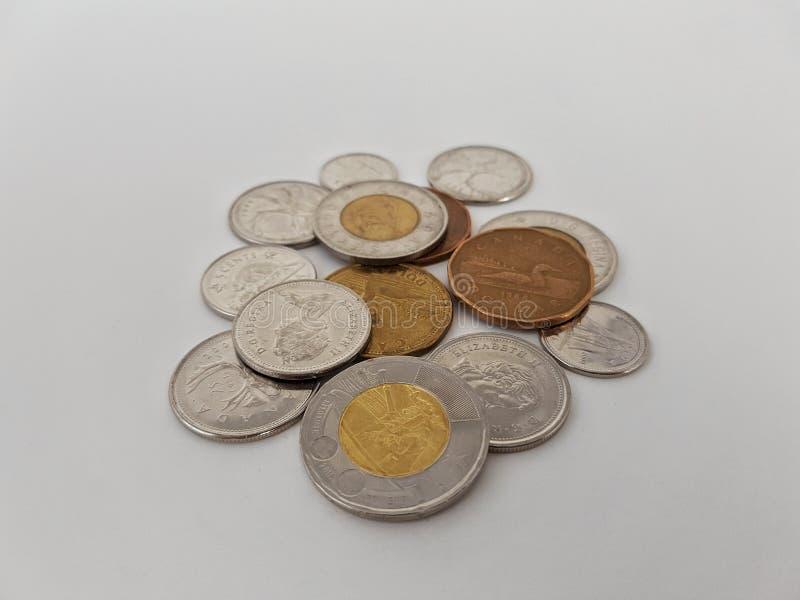 Isolerad hög av kanadensiska mynt royaltyfri fotografi