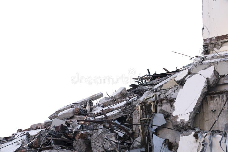 Isolerad hög av spillror från en demonterad byggnad på en rivningplats arkivfoto