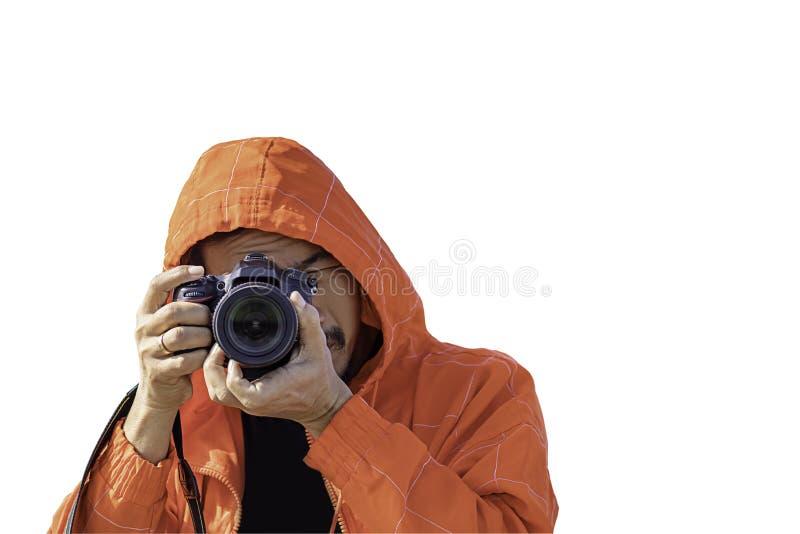 Isolerad handman som rymmer kameran som tar bilder på en vit bakgrund med urklippbanan royaltyfri fotografi