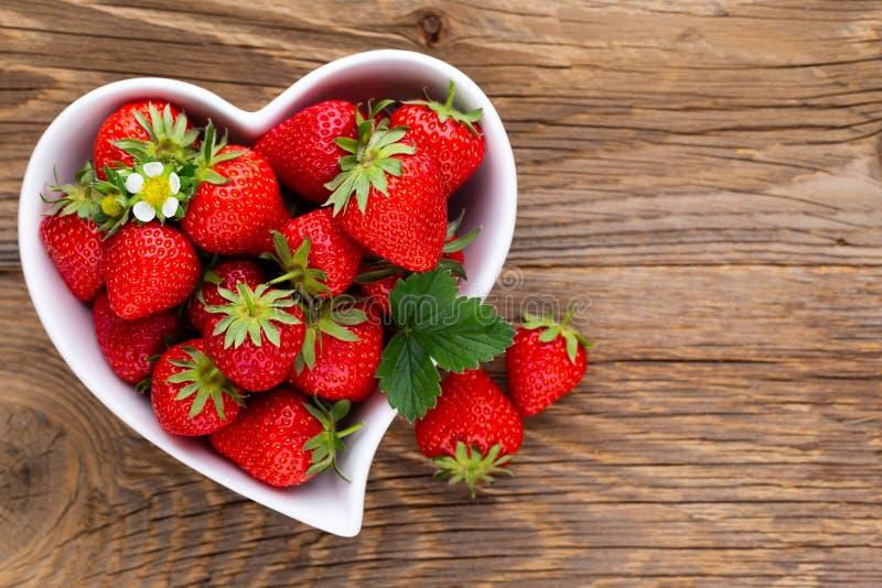 isolerad jordgubbewhite f?r bakgrund hj?rta Nya jordgubbar i platta p? den vita tr?tabellen B?sta sikt, kopieringsutrymme royaltyfria bilder