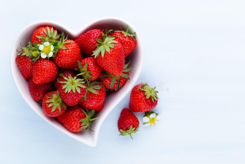 isolerad jordgubbewhite f?r bakgrund hj?rta Nya jordgubbar i platta p? den vita tr?tabellen B?sta sikt, kopieringsutrymme arkivbilder