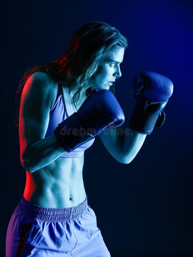 Isolerad kvinnaboxareboxning royaltyfri bild