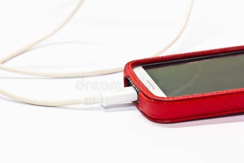 Isolerad laddande mobiltelefon royaltyfria bilder
