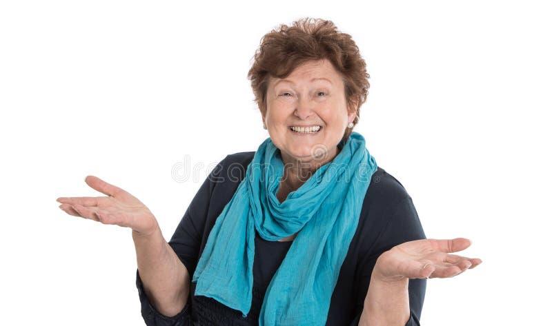 Isolerad lycklig hög kvinna som bär den blåa halsduken som framlägger med H royaltyfri bild
