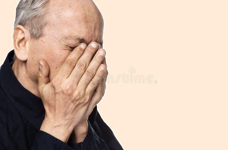isolerad man för fördjupning som gammalare huvudvärk lider white arkivfoton