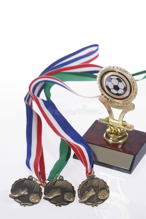 isolerad medaljfotbolltrofé royaltyfria bilder