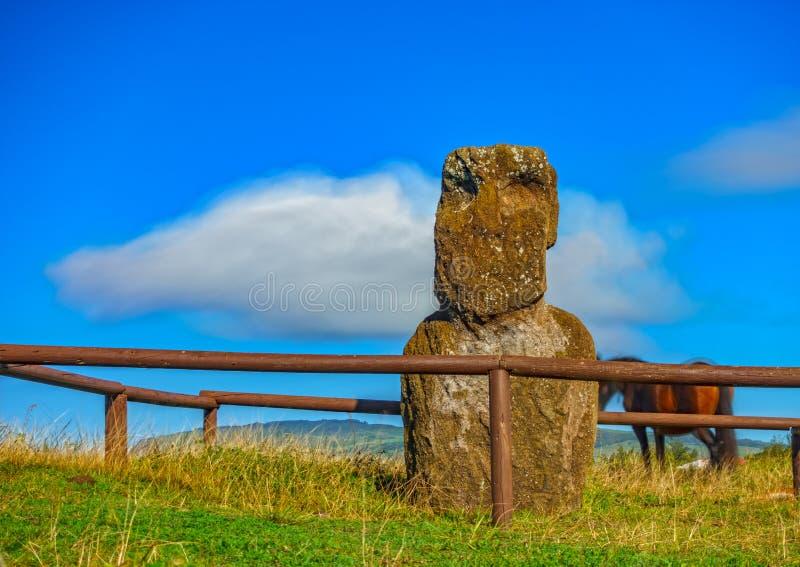 Isolerad Moai, för häst och för moln ultra lång exponering arkivfoton