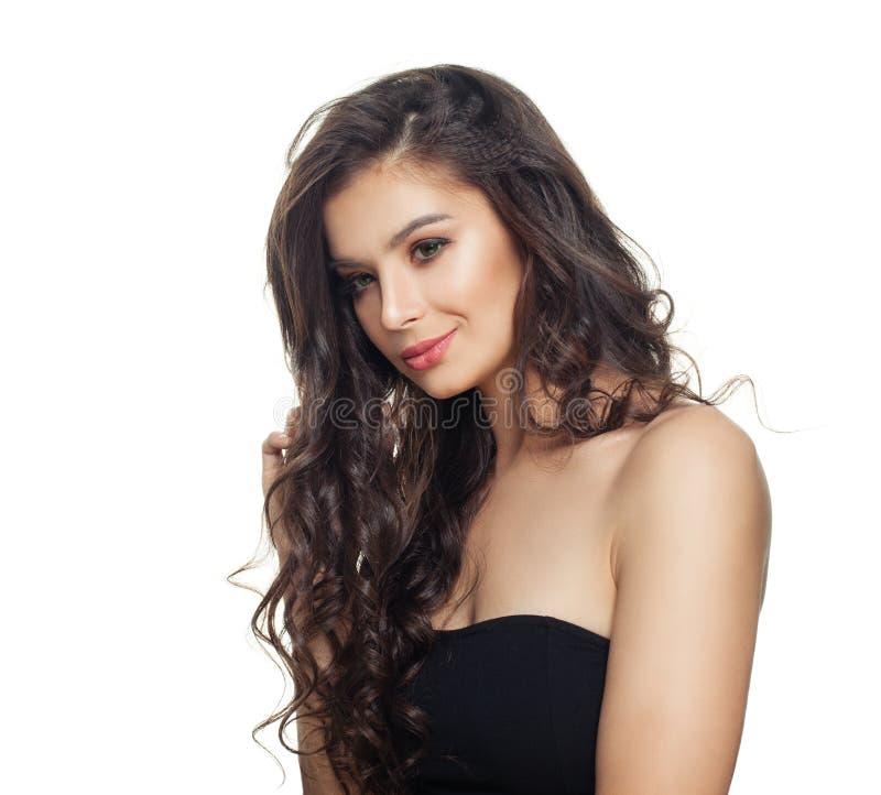 Isolerad modell för lockigt hår Härlig kvinna med långt lockigt hår och perfekt hud som isoleras på vit bakgrund royaltyfria foton