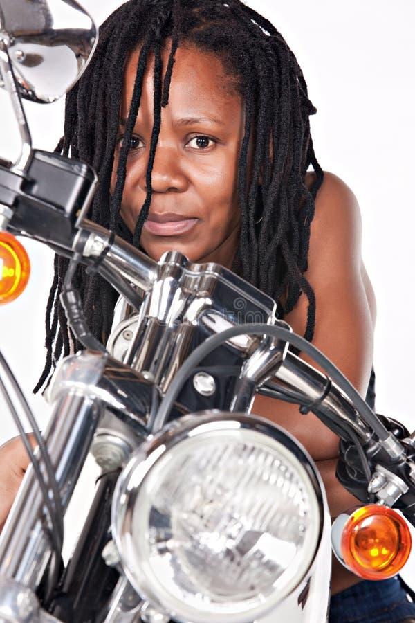 isolerad motorbikekvinna royaltyfria bilder