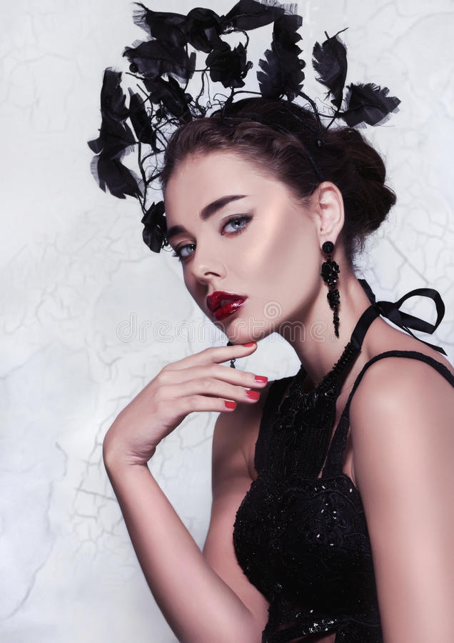 Isolerad närbildglamourstående av en elegant och härlig flicka med perfekt hud och makeup royaltyfria foton