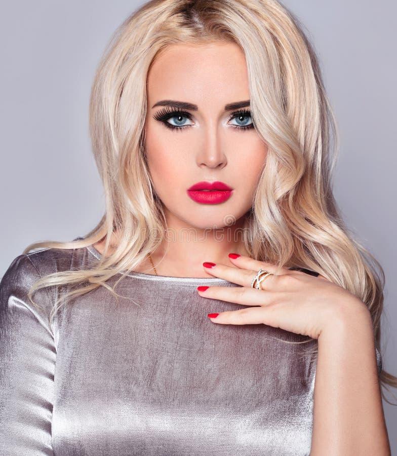Isolerad närbildstående av en sexig och varm blond flicka med blåa ögon och röda kanter arkivbild