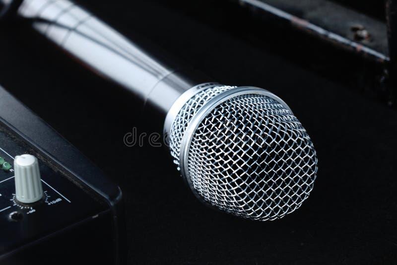 Isolerad ny silvermikrofon arkivbild