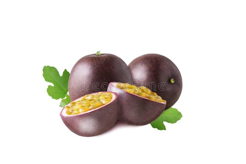 Isolerad passionfrukt Frukt för frukt för passion två med halva- och gräsplansidor som isoleras på vit bakgrund royaltyfria bilder
