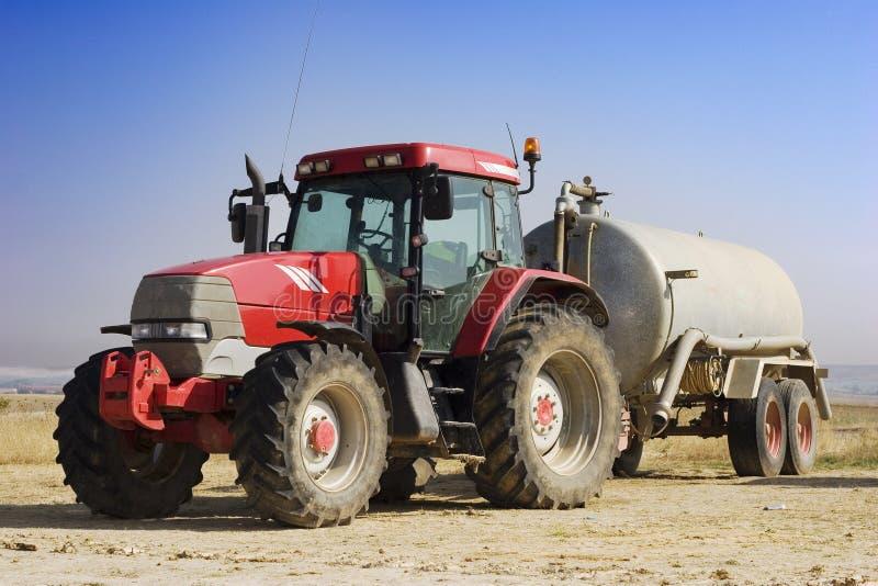 isolerad röd traktor royaltyfri foto