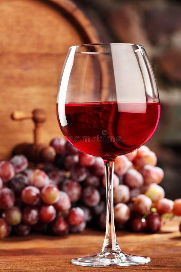 isolerad röd waitewine för om Stilleben med exponeringsglas av rött vin, druvor och trumman Selektivt fokusera kopiera avstånd arkivbild