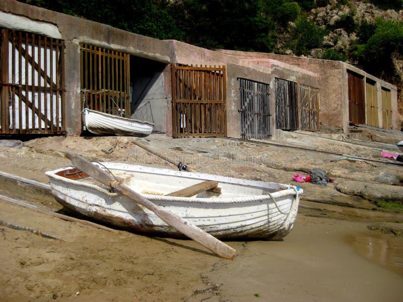 Isolerad roddbåt och flera rum för lagring och ordning av fartyg arkivfoto