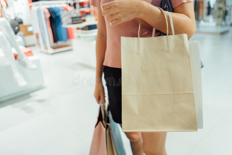 isolerad shoppa vit kvinna f?r bakgrundsp?se holding arkivfoton