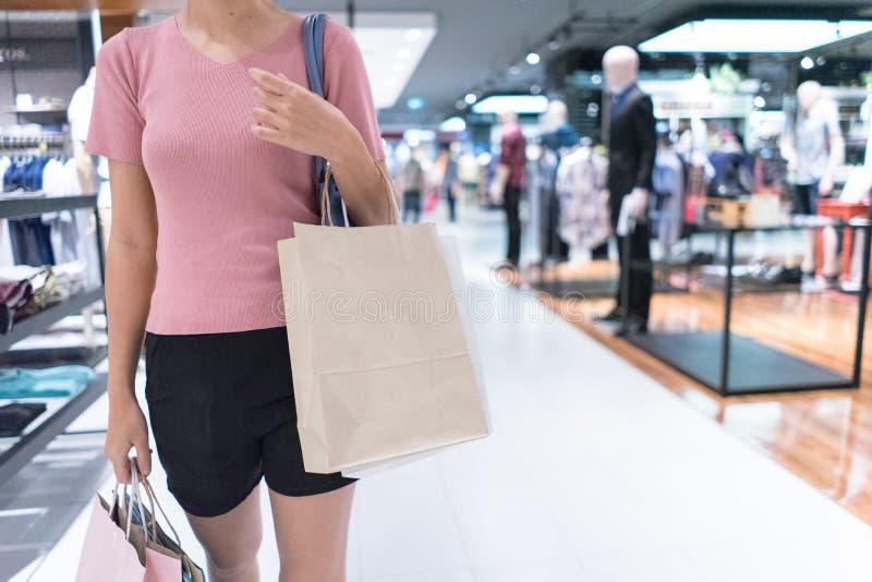 isolerad shoppa vit kvinna f?r bakgrundsp?se holding royaltyfria bilder