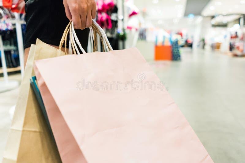 isolerad shoppa vit kvinna f?r bakgrundsp?se holding arkivfoto