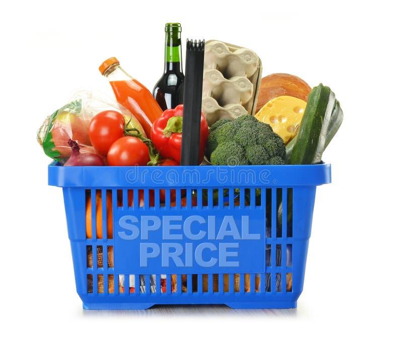 isolerad shoppa white för korg livsmedel royaltyfri fotografi