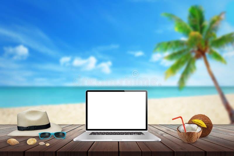 Isolerad skärm av bärbara datorn på trätabellen för modell Stranden havet, gömma i handflatan och blå himmel i bakgrund fotografering för bildbyråer