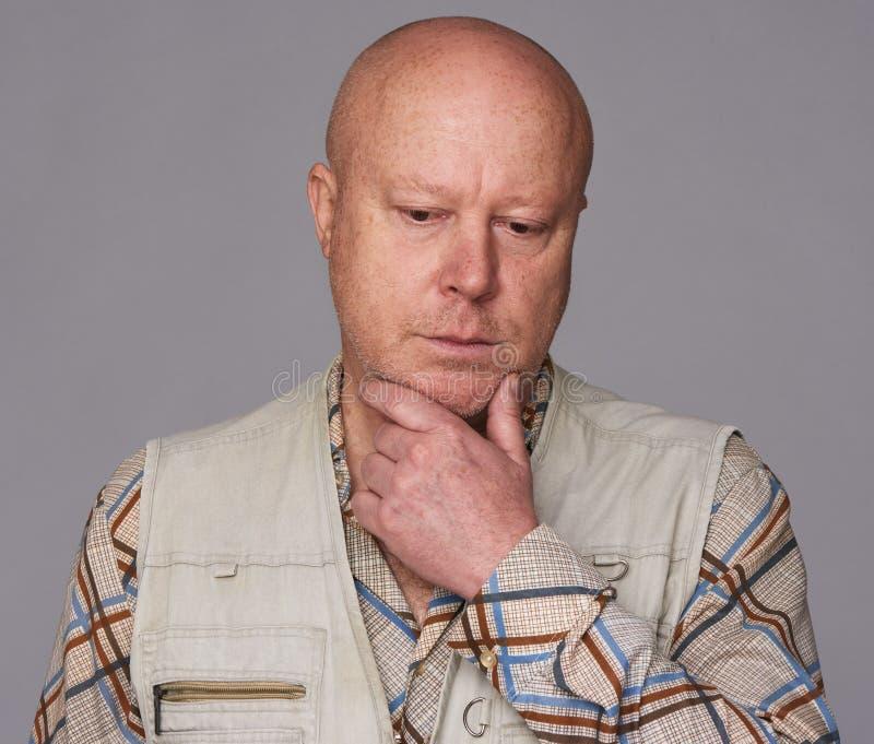 Isolerad skallig ledsen hög man royaltyfri fotografi