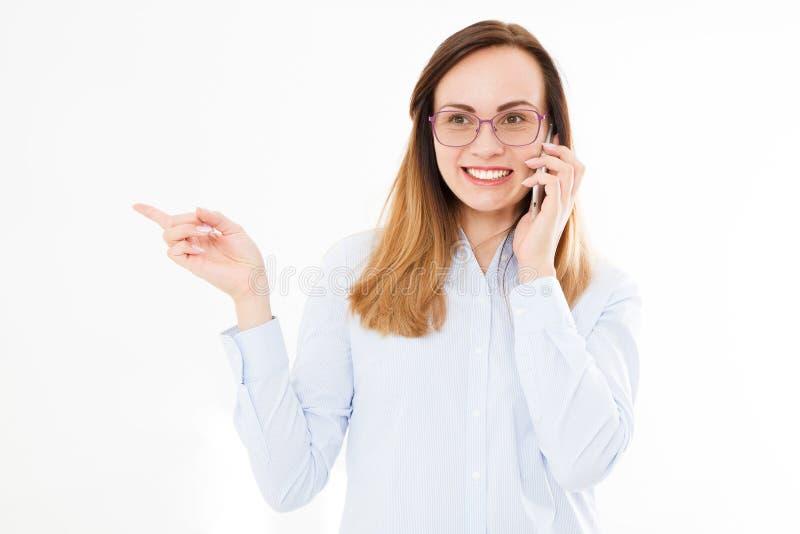 Isolerad stående av affärsflickan med smartphonen Kvinna som tolking på telefonen och punkter med hans hand säkert chefbarn kopia royaltyfri fotografi