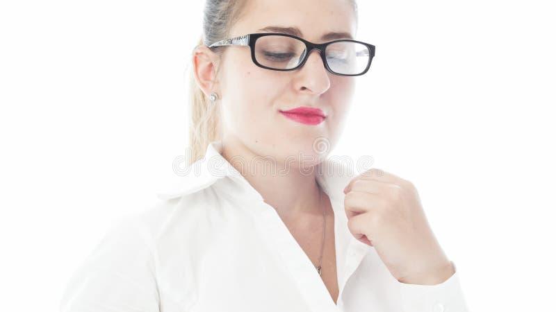 Isolerad stående av den eleganta unga kvinnan med röd läppstift och glasögon arkivbilder