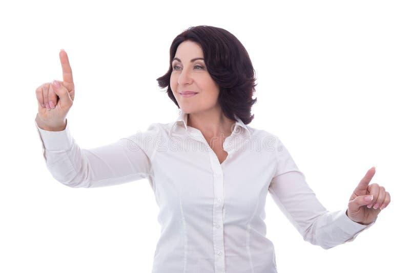 Isolerad stående av kvinnan för mogen affär som pekar på något arkivbilder