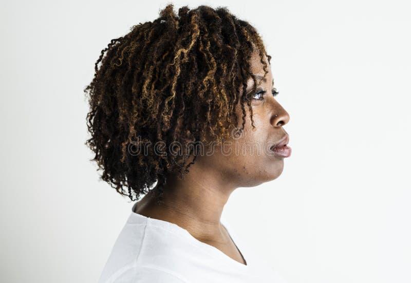 Isolerad stående av svarta kvinnan royaltyfria foton