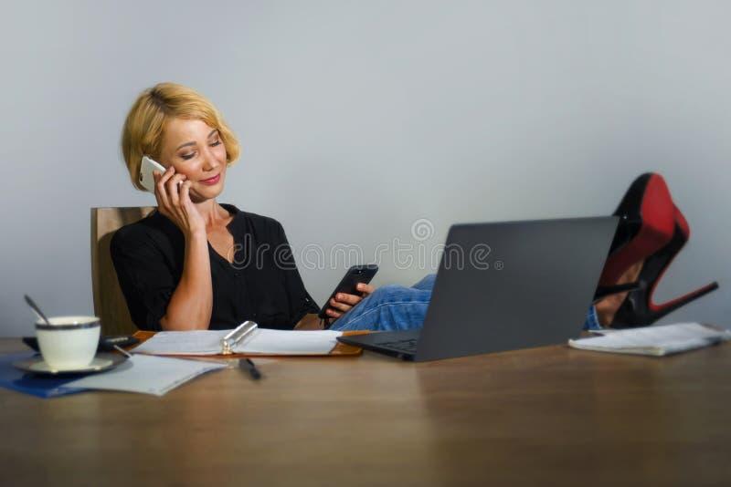 Isolerad stående för företags affär av den unga härliga och lyckliga kvinnan med blont hår som ler, medan arbeta som kopplas av p arkivbilder