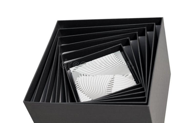 Isolerad svart öppen spiral gåva för vit ask fotografering för bildbyråer